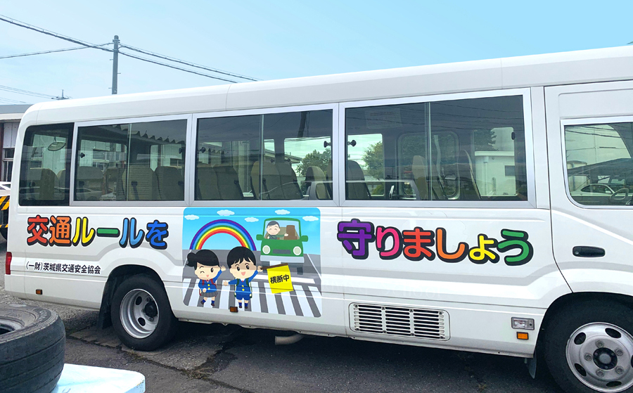 バスにラッピングシートを貼りました。